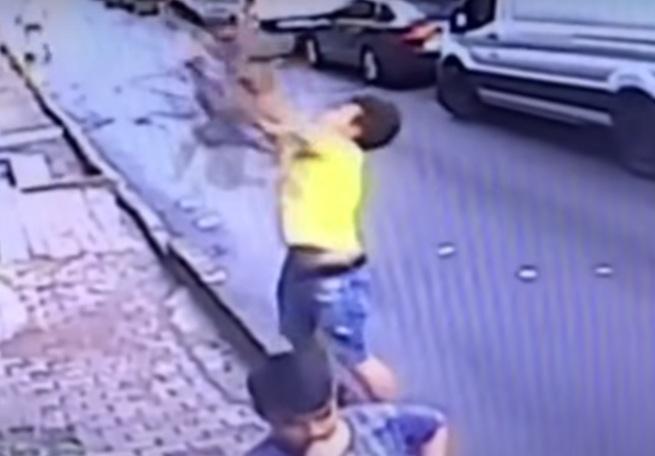 https: img-z.okeinfo.net content 2019 06 27 18 2071835 remaja-turki-tangkap-bayi-yang-jatuh-dari-atas-gedung-dalam-sebuah-video-viral-fnsmtWPC1w.jpg