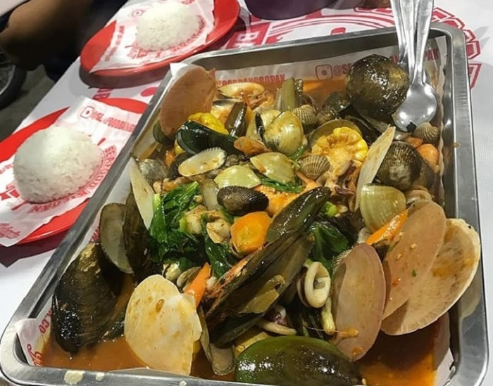 https: img-z.okeinfo.net content 2019 06 28 298 2072128 5-rekomendasi-wisata-kuliner-malam-di-bandung-Vqs1JRzsNC.jpg