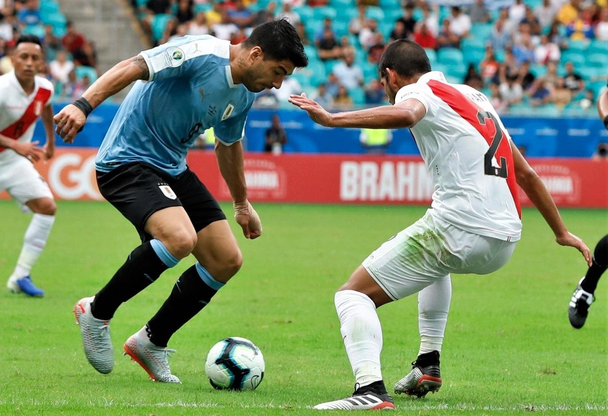 https: img-z.okeinfo.net content 2019 06 30 51 2072714 suarez-gagal-penalti-timnas-uruguay-disingkirkan-peru-dari-copa-america-2019-ofd8P45rKs.jpg