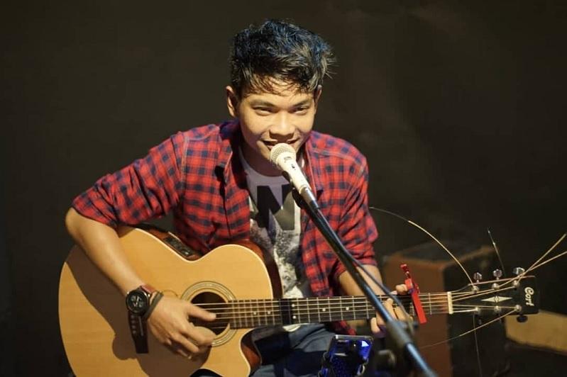 https: img-z.okeinfo.net content 2019 07 01 205 2073384 tri-suaka-penyanyi-asal-yogyakarta-yang-suaranya-mirip-ariel-noah-WRoODMqjk1.jpg