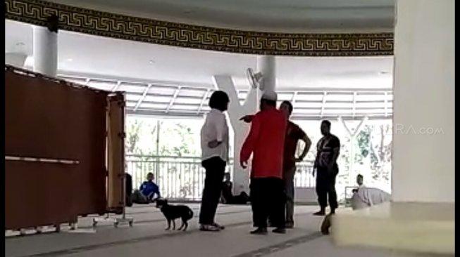https: img-z.okeinfo.net content 2019 07 01 337 2073042 dmi-kutuk-keras-peristiwa-wanita-bawa-anjing-ke-masjid-di-bogor-lrLzI64Lgr.jpg
