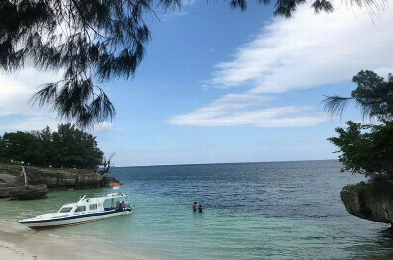 https: img-z.okeinfo.net content 2019 07 01 406 2072939 liang-kereta-pulau-tersembunyi-di-selayar-pasir-putihnya-bikin-berdecak-kagum-ZqJurxrmNx.jpg