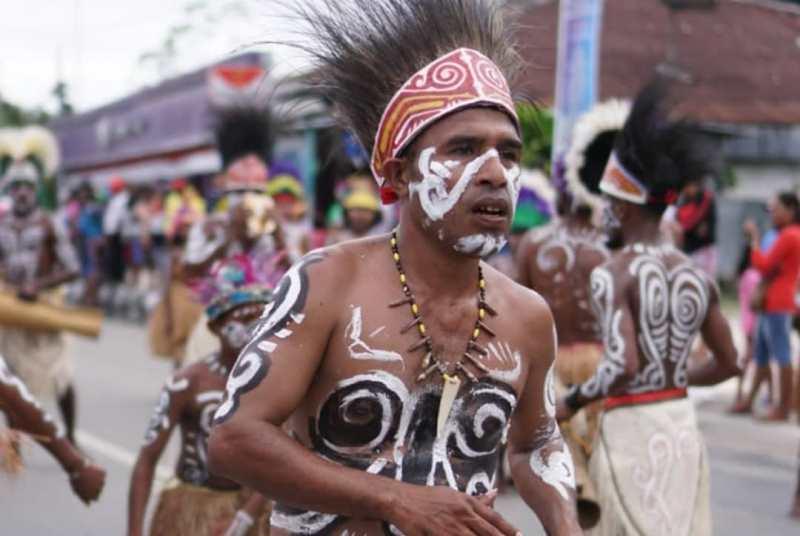 https: img-z.okeinfo.net content 2019 07 01 406 2073035 tradisi-berjalan-di-batu-panas-warnai-festival-biak-munara-wampasi-8AcDEEQECX.jpg
