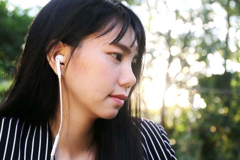 https: img-z.okeinfo.net content 2019 07 01 612 2073013 monday-madness-ternyata-ini-manfaat-mendengarkan-lagu-galau-1x2QSS8IU0.jpg
