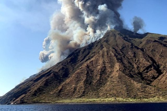 https: img-z.okeinfo.net content 2019 07 04 18 2074495 gunung-stromboli-di-italia-meletus-seorang-pendaki-tewas-zqdyEZo4e5.jpg