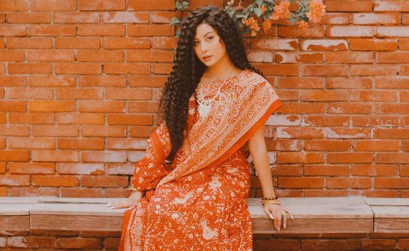 https: img-z.okeinfo.net content 2019 07 05 194 2074931 serunya-liburan-awkarin-ke-india-pamer-rambut-curly-dan-batik-iEziyhyR5f.jpg