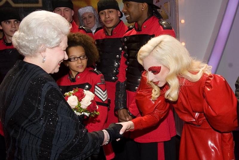 https: img-z.okeinfo.net content 2019 07 05 194 2075261 7-penampilan-selebriti-saat-bertemu-ratu-elizabeth-n5gxLadspP.jpg