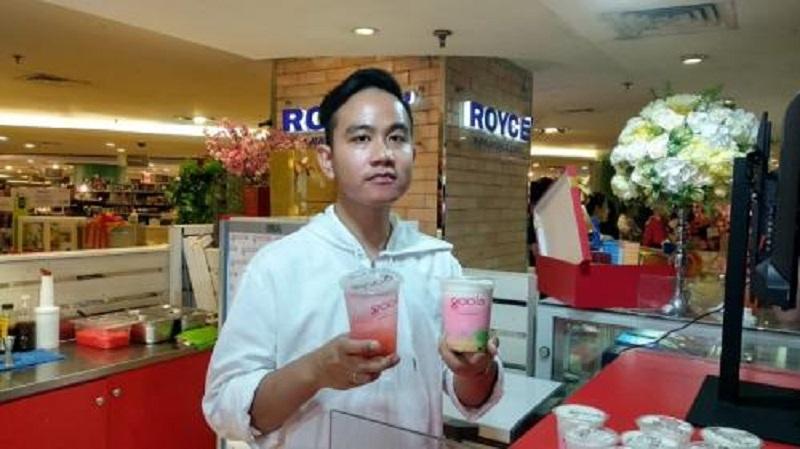 https: img-z.okeinfo.net content 2019 07 05 298 2075184 buka-kedai-kekinian-gibran-rakabuming-ingin-anak-indonesia-cinta-minuman-tradisional-9tsvKTeOyX.jpg