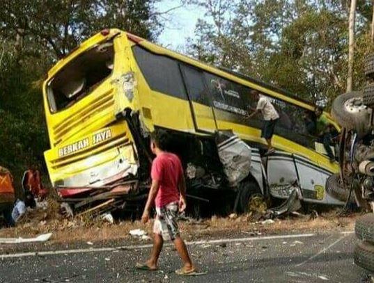https: img-z.okeinfo.net content 2019 07 05 519 2074821 6-kendaraan-kecelakaan-beruntun-di-situbondo-1-orang-meninggal-dunia-QTgVKlrdYd.JPG