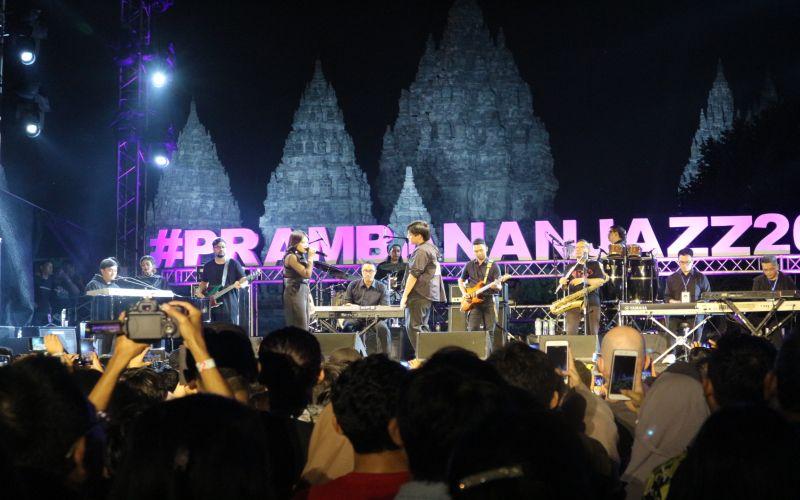 https: img-z.okeinfo.net content 2019 07 07 205 2075679 yovie-his-friends-hadirkan-keromantisan-di-prambanan-jazz-festival-QP56RPBcFA.jpg