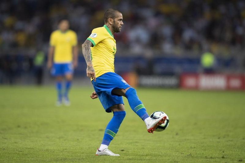 https: img-z.okeinfo.net content 2019 07 08 51 2076104 jawab-tudingan-messi-alves-brasil-kerja-keras-untuk-juara-copa-america-BIjfz6Y8GL.jpg