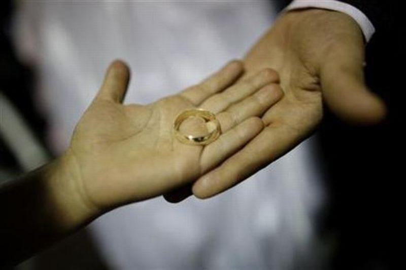 https: img-z.okeinfo.net content 2019 07 09 18 2076563 permohonan-cerai-pasangan-india-akhirnya-dikabulkan-24-tahun-setelah-pengajuan-gugatan-xdoq41rd8v.jpg