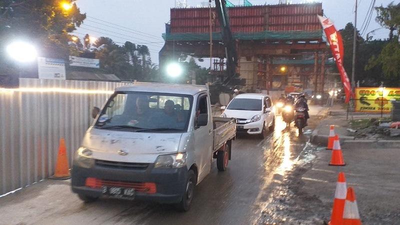 https: img-z.okeinfo.net content 2019 07 10 338 2077281 tumpahan-cor-beton-proyek-tol-borr-dibersihkan-lalu-lintas-kembali-dibuka-Hbkq2Oe4WM.jpg