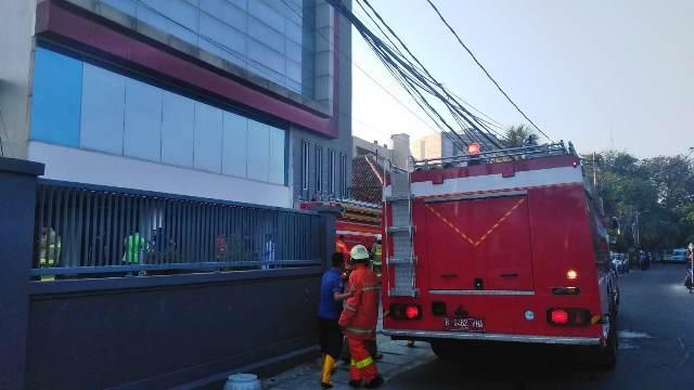 https: img-z.okeinfo.net content 2019 07 11 338 2077396 kebakaran-lantai-5-gedung-di-cideng-jakpus-berhasil-dipadamkan-YcfPL14lgG.jpg