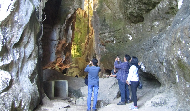 https: img-z.okeinfo.net content 2019 07 12 406 2078095 melihat-keindahan-gua-batu-cermin-yang-dikunjungi-presiden-jokowi-JhIOfsu95q.jpg