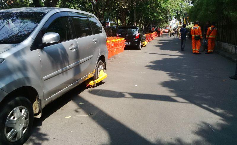 https: img-z.okeinfo.net content 2019 07 12 512 2077888 viral-banyak-mobil-digembok-akibat-parkir-sembarangan-depan-sgm-K95FbeKaWG.jpg