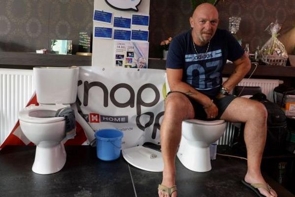 https: img-z.okeinfo.net content 2019 07 13 18 2078439 pria-belgia-duduk-di-toilet-selama-lebih-dari-lima-hari-demi-pecahkan-rekor-dunia-U8OmYZFdbn.jpg