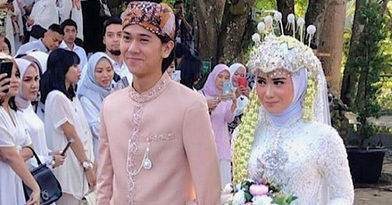 https: img-z.okeinfo.net content 2019 07 13 33 2078377 jadi-pendamping-pengantin-iqbaal-ramadhan-ganteng-atau-gemesin-5IqUmHtLKu.jpg