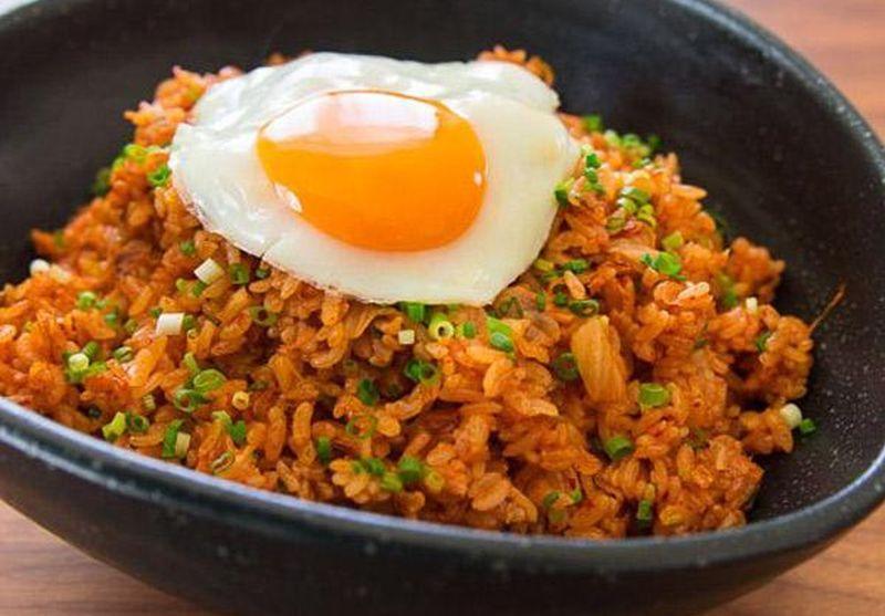 https: img-z.okeinfo.net content 2019 07 16 298 2079607 nasi-goreng-kimchi-dengan-gyeran-mari-sedap-untuk-sarapan-526GQvyj9E.jpg