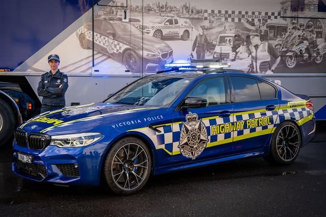 https: img-z.okeinfo.net content 2019 07 16 52 2079424 miliki-label-m-bmw-ini-jadi-mobil-polisi-tercepat-di-australia-ejsbHxfSkZ.jpg