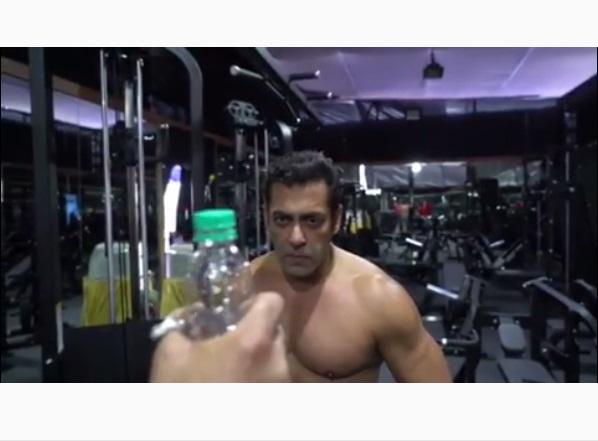 https: img-z.okeinfo.net content 2019 07 16 612 2079655 melalui-bottle-cap-challenge-ada-pesan-khusus-dari-salman-khan-di-akhir-video-yKXGeFD89w.jpg