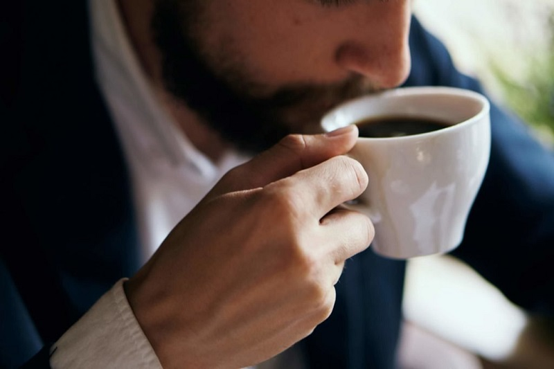 https: img-z.okeinfo.net content 2019 07 17 481 2080052 kamu-suka-ngopi-awas-ini-bahaya-minum-kopi-setiap-hari-8WcTLd7iS3.jpg