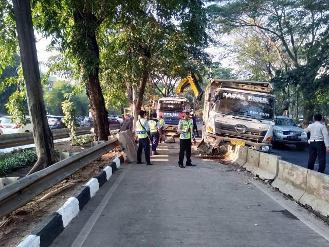 https: img-z.okeinfo.net content 2019 07 18 338 2080373 truk-besar-tabrak-beton-busway-di-permata-hijau-lalu-lintas-tersendat-gS2x0wiHWa.jpg