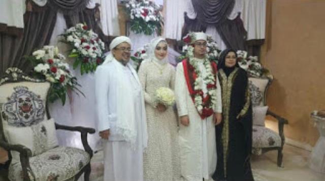 https: img-z.okeinfo.net content 2019 07 21 337 2081614 habib-rizieq-nikahkan-putrinya-di-makkah-gBMwPvylIB.jpg