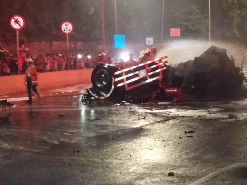 https: img-z.okeinfo.net content 2019 07 21 338 2081578 tiga-orang-tewas-dalam-kebakaran-truk-tangki-pertamina-di-rawamangun-dhPVY9Tx7r.jpeg