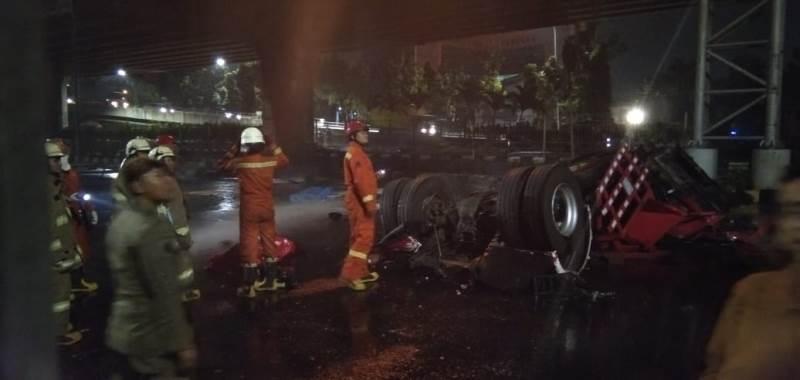 https: img-z.okeinfo.net content 2019 07 21 338 2081582 foto-foto-di-lokasi-terbakarnya-truk-tangki-pertamina-yang-menewaskan-3-orang-XdFBankOa9.jpeg