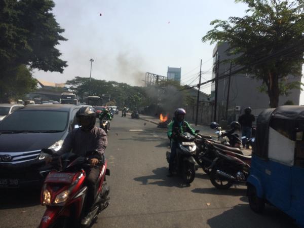 https: img-z.okeinfo.net content 2019 07 21 338 2081666 sepeda-motor-terbakar-di-jalan-jatibaru-tanah-abang-vcjYXbVslh.jpg