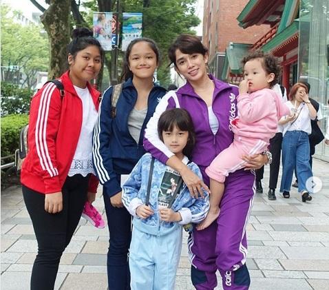 https: img-z.okeinfo.net content 2019 07 22 194 2082204 gaya-kompak-ussy-sulistiawaty-dan-4-anak-perempuannya-liburan-di-jepang-Yo6gDAJsXA.jpg