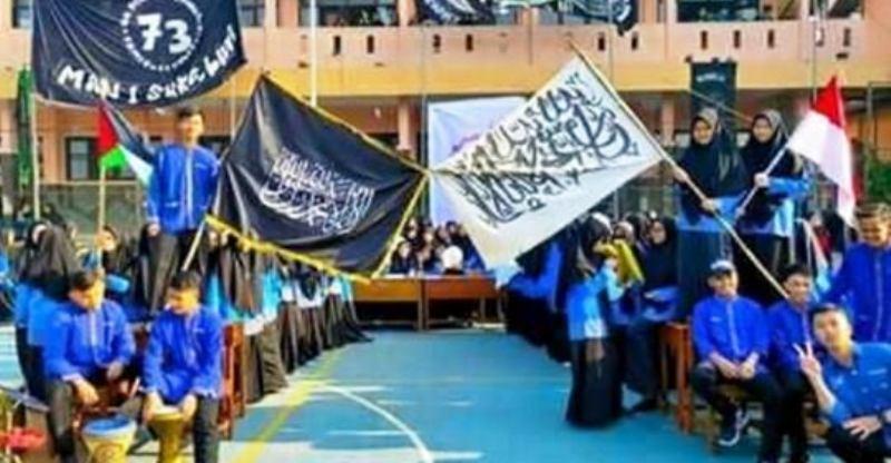 https: img-z.okeinfo.net content 2019 07 22 337 2081969 viral-pengibaran-bendera-tauhid-di-man-1-sukabumi-kemenag-tidak-terkait-hti-FwIDuDKUMO.jpg