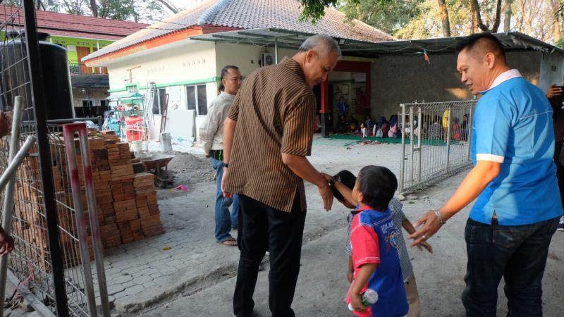 https: img-z.okeinfo.net content 2019 07 23 1 2082760 ganjar-main-bola-bareng-anak-anak-pengidap-hiv-aids-8voTubtw3v.jpg