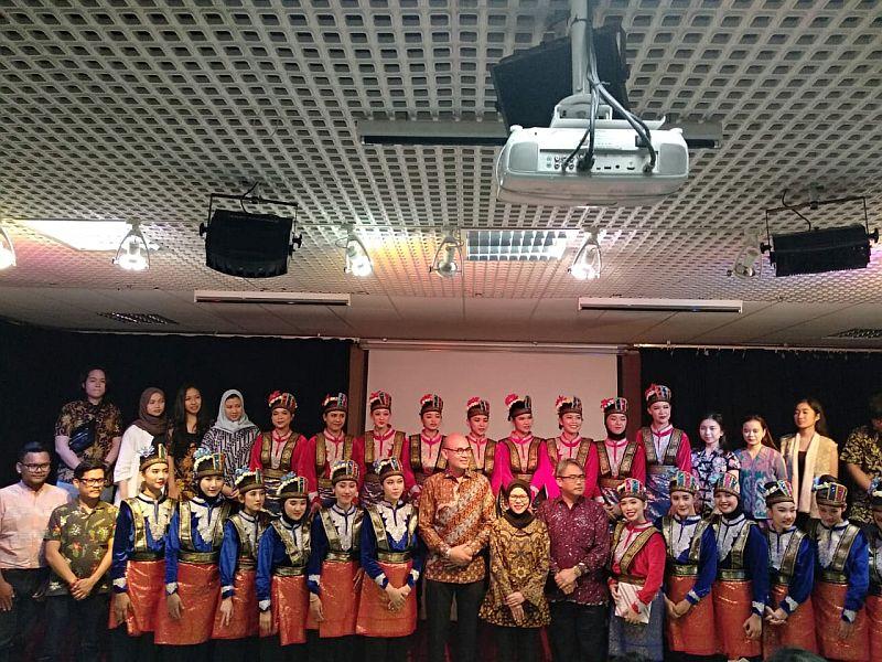 https: img-z.okeinfo.net content 2019 07 23 65 2082442 30-mahasiswa-indonesia-menangkan-kompetisi-budaya-kelas-dunia-di-paris-30VWbajmdE.jpg