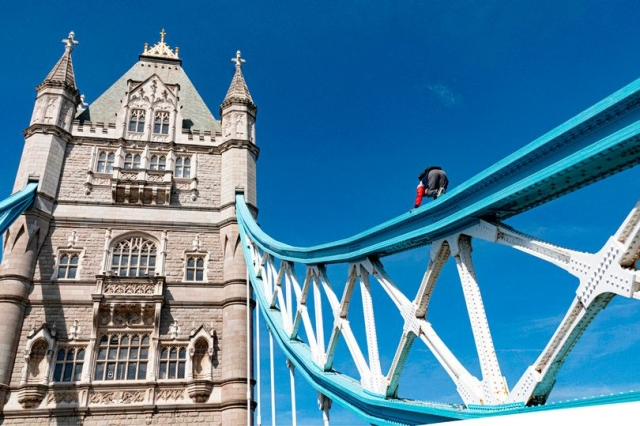 https: img-z.okeinfo.net content 2019 07 25 18 2083430 ingin-terkenal-seorang-pria-panjat-jembatan-menara-london-ref11LtBUg.jpg