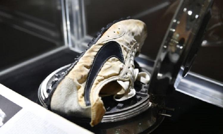 https: img-z.okeinfo.net content 2019 07 25 194 2083504 sepatu-nike-produksi-1972-dilelang-dengan-harga-rp6-1-miliar-v2WRNCxxlV.jpg