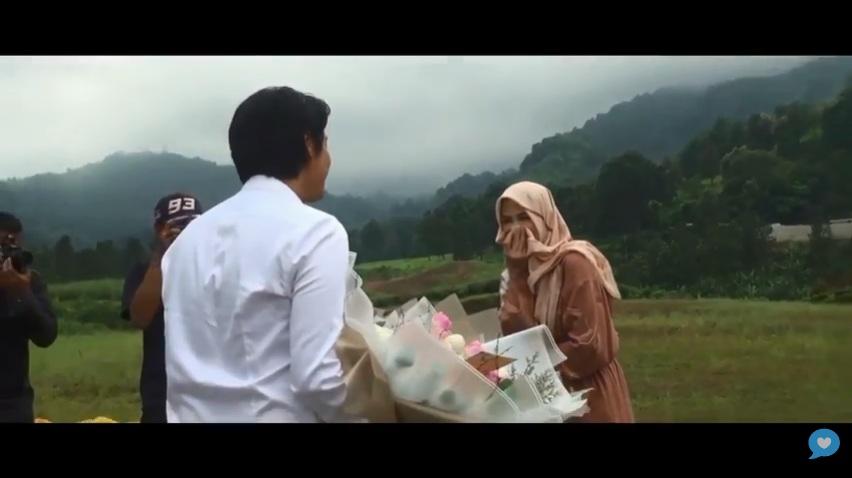 https: img-z.okeinfo.net content 2019 07 25 33 2083486 romantis-viral-video-roger-danuarta-lamar-cut-meyriska-usai-parasailing-oGGS95QcXs.jpg