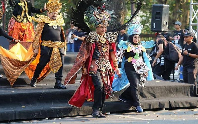https: img-z.okeinfo.net content 2019 07 29 194 2084920 jadi-model-dadakan-pesona-ganjar-terpancar-di-batik-solo-carnival-4zcGlnmDUc.jpg