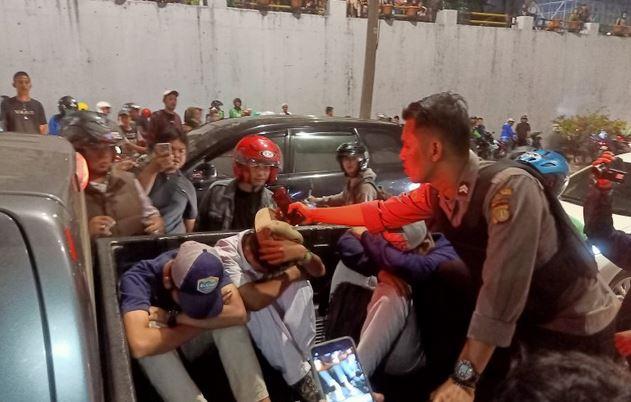 https: img-z.okeinfo.net content 2019 07 30 338 2085204 3-pelajar-intimidasi-sopir-taksi-tertunduk-lesu-saat-diciduk-polisi-vuuMLUgdJh.JPG
