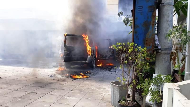 https: img-z.okeinfo.net content 2019 08 01 519 2086345 mobil-terbakar-dan-meledak-di-depan-gereja-hebohkan-warga-surabaya-bi4PY7hUUH.jpg
