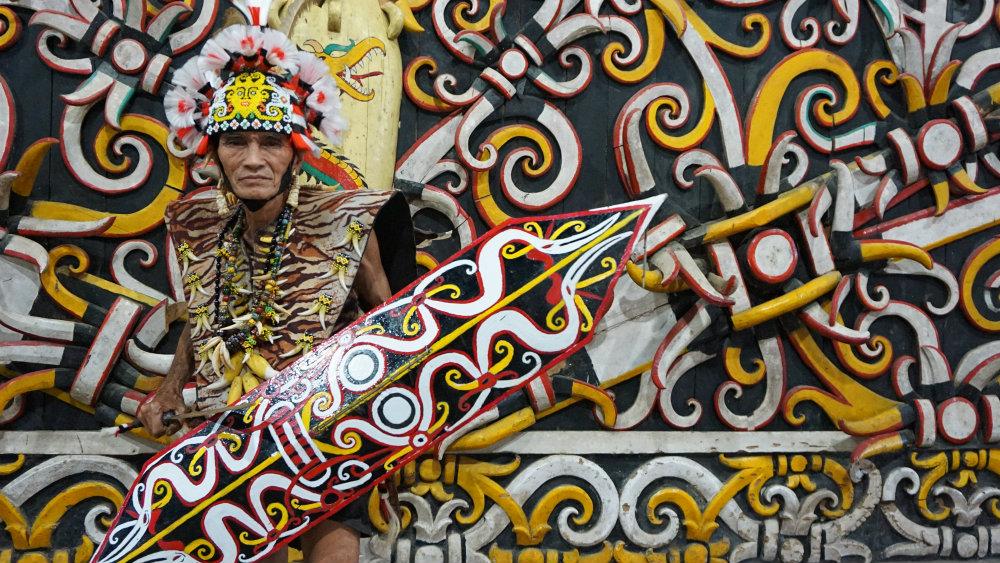 https: img-z.okeinfo.net content 2019 08 05 340 2088056 berkenalan-dengan-dayak-kenyah-suku-tradisional-yang-tinggal-dekat-pusat-kota-samarinda-fT3bXxB9LU.jpg