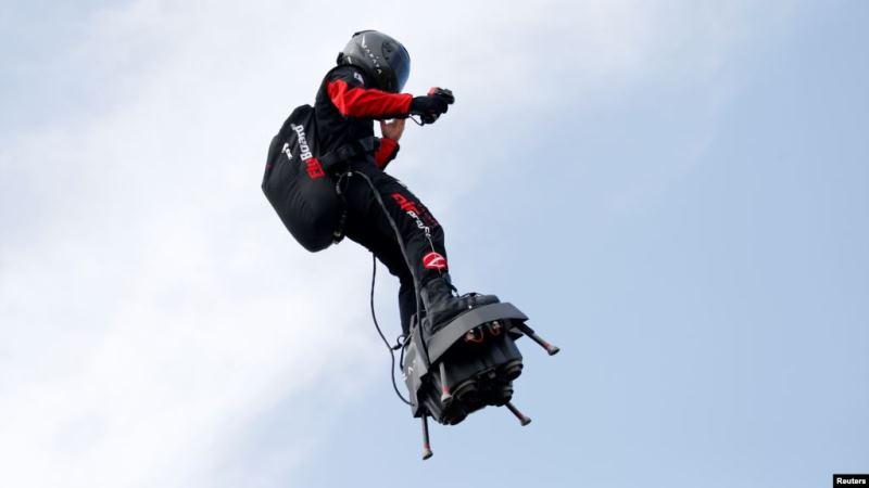 https: img-z.okeinfo.net content 2019 08 06 56 2088488 gunakan-hoverboard-pria-ini-berhasil-melintasi-selat-inggris-rWsfUbP79t.jpg