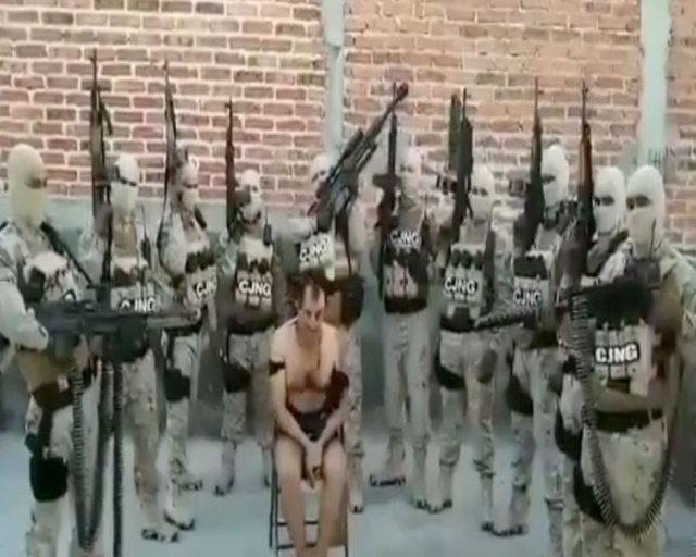 https: img-z.okeinfo.net content 2019 08 07 18 2088855 pasukan-bersenjata-kartel-narkoba-sandera-petinggi-geng-saingan-sebelum-mayat-digantung-X6h8kSklLS.jpg