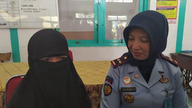 https: img-z.okeinfo.net content 2019 08 07 519 2088784 kisah-istri-teroris-ali-kalora-sambut-peringatan-17-agustus-di-lapas-malang-obYfZiBDG2.jpg