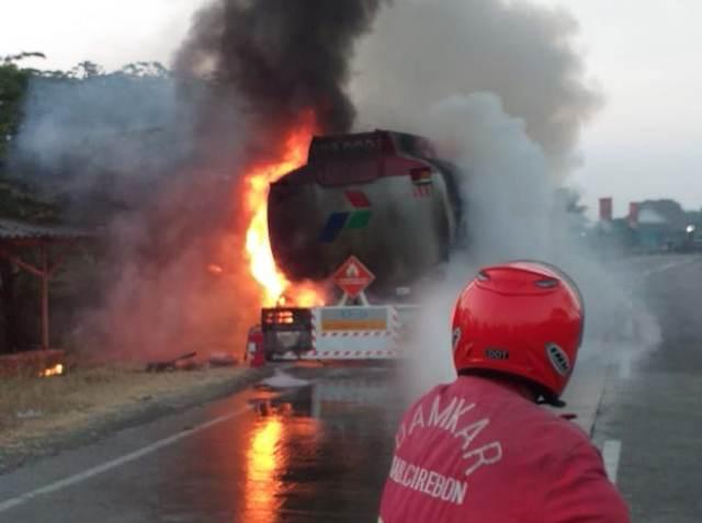 https: img-z.okeinfo.net content 2019 08 10 525 2090158 truk-tangki-pertamina-berisi-24-ribu-liter-bbm-terbakar-di-pantura-I525umyAqN.jpg