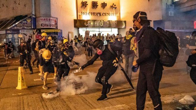 https: img-z.okeinfo.net content 2019 08 12 18 2090696 demonstran-dan-polisi-hong-kong-kembali-bentrok-di-sejumlah-lokasi-Kg9qk4aSrX.jpg