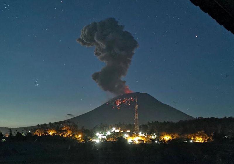 https: img-z.okeinfo.net content 2019 08 12 337 2090734 22-gunung-api-di-indonesia-berstatus-siaga-hingga-waspada-warga-diimbau-jauhi-kawah-phdyv5YiWr.jpg