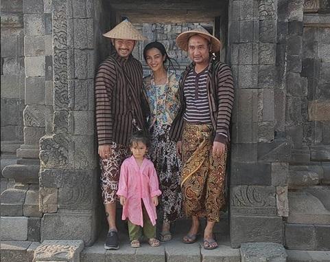 https: img-z.okeinfo.net content 2019 08 13 406 2091375 kenalkan-budaya-jawa-sejak-dini-atiqah-hasiholan-dan-rio-dewanto-ajak-salma-liburan-ke-prambanan-iadDsfXkfq.jpg