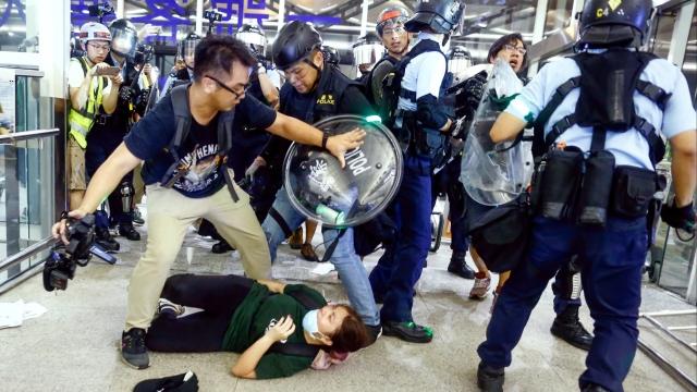 https: img-z.okeinfo.net content 2019 08 14 18 2091802 china-sebut-aksi-pedemo-di-bandara-hong-kong-seperti-teroris-2ooS3SCkNr.jpg